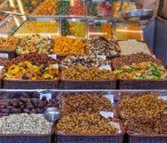Muttrar och Fried Fruit på en marknad Arkivfoto