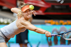Μαρία Σαράποβα στη δράση κατά τη διάρκεια της αντισφαίρισης της Μαδρίτης Mutua ανοικτής Στοκ Φωτογραφία