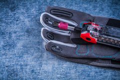 Muunction工具箱职员在金属背景的安全手套 免版税图库摄影