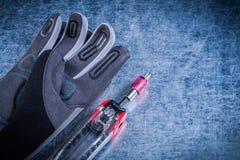 Muunction成套工具织品在金属背景的安全手套 库存照片