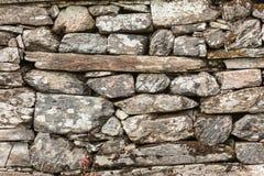 Muur als achtergrond die van grijze steenrotsen wordt gemaakt Royalty-vrije Stock Fotografie