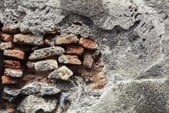 Muur in beton en bakstenen De achtergrond van de bouw Stock Foto's