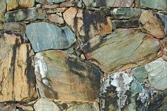 Muur die van kleurrijke natuurlijke rotsen wordt gemaakt Stock Afbeeldingen