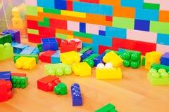Muur die van stuk speelgoed blokken wordt gemaakt Stock Afbeelding