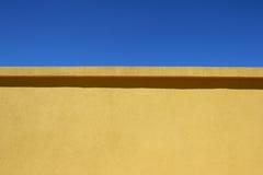 Muur en Blauwe Hemel Royalty-vrije Stock Afbeeldingen