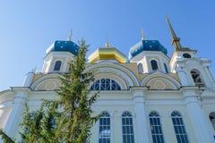 Muur en bovenste gedeelte van kerk met drie blauwe en gouden koepels Royalty-vrije Stock Foto
