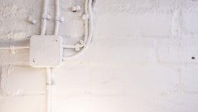 Muur en kabelachtergrond in een kelderverdieping Royalty-vrije Stock Fotografie