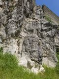 Muur en steen clifs dichtbij toren in Istria stock fotografie