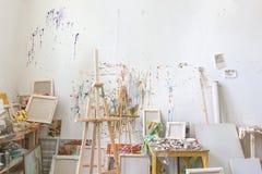 Muur in het binnenland van de kunstenaars` s studio, workshop royalty-vrije stock afbeelding