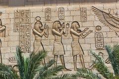 Muur het snijden op Egyptische tempel Stock Foto's