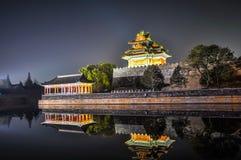 Muur Keizerpaleis, pagode en paviljoen met bezinning in het kanaal Stock Afbeeldingen