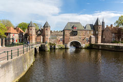 Muur Koppelpoort van de Amersfoort de Middeleeuwse stad en de Eem-rivier Stock Afbeeldingen