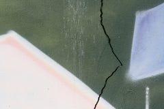 Muur met barst en graffiti Royalty-vrije Stock Foto's
