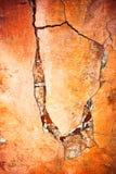 Muur met barst en schilverf stock fotografie