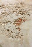 Muur met barsten en bakstenen Stock Afbeeldingen