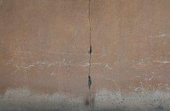 Muur met barsten en krassen stock afbeeldingen