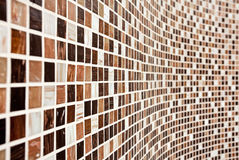 Muur met bruin mozaïekpatroon Stock Foto's