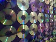 muur met CDs en DVDs, geweven achtergrond wordt verfraaid die royalty-vrije stock afbeelding