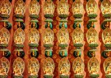 Muur met de kleine standbeelden van Boedha, de Tempel van het de Tandoverblijfsel van Boedha Stock Fotografie