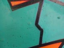 Muur met de zwarte lijnen die van de graffitiverf wordt geschilderd stock fotografie