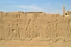 Muur met gravure in Karnak stock fotografie