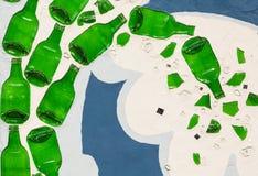 Muur met groene glasflessen die wordt gemaakt Stock Afbeeldingen