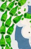 Muur met groene glasflessen die wordt gemaakt Royalty-vrije Stock Afbeelding