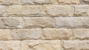 Muur met kalksteenplakken die wordt gevoerd Stock Afbeeldingen