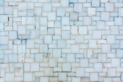 Muur met kleine heldere ceramische of marmeren tegels, textuur wordt gevoerd die royalty-vrije stock afbeeldingen