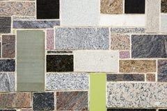 Muur met kleurrijke marmeren steenstukken dat wordt verfraaid Stock Afbeelding