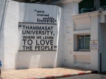 Muur met liefde en vredesbericht stock foto