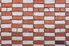 Muur met metselwerk van witte en rode bakstenen Royalty-vrije Stock Foto's