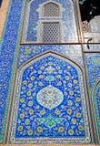 Muur met mooi ontwerp van keramische tegels in traditionele Perzische stijl, Isphahan, Iran Stock Foto's