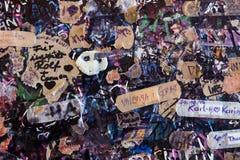 Muur met nota's voor felicitaties en liefde in Casa Di Giulietta stock fotografie