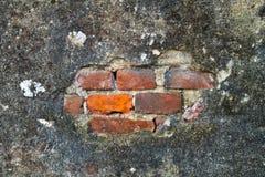 Muur met pleister en versleten door tijd en verwaarlozing is gebarsten die stock foto