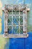 Muur met roestige metaaldecoratie royalty-vrije stock foto