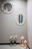 Muur met spiegels stock afbeeldingen