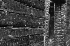 Muur met spijkers in gebrand huis Stock Fotografie