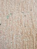 muur met stenen van roze steengroeve, met abstract gestreept ontwerp Stock Foto