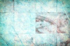 Muur met tegels van helder turkoois marmer Textuur van oud, gekrast plakkenclose-up stock foto