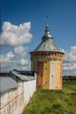 Muur met toren in Klooster spaso-Prilutsky royalty-vrije stock afbeeldingen