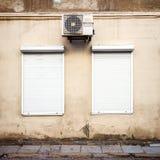 Muur met twee vensters en airconditioner Stock Fotografie