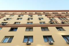 Muur met vensters en airconditioning royalty-vrije stock afbeeldingen