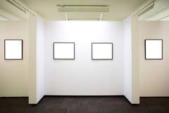 Muur in museum met frames Stock Foto