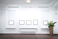 Muur in museum met frames stock afbeeldingen