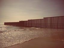 Muur op strand V.S.-MEXICO Royalty-vrije Stock Afbeeldingen