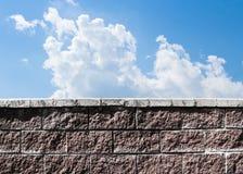 Muur tegen de hemel Royalty-vrije Stock Afbeeldingen