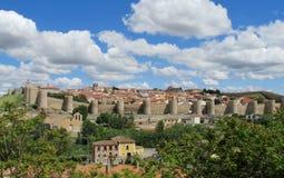 Muur, toren en bastion van Avila, Spanje, van gele steenbakstenen die wordt gemaakt Stock Afbeelding