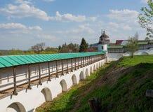 Muur van Borisoglebsky-Klooster, Torzhok stock afbeelding