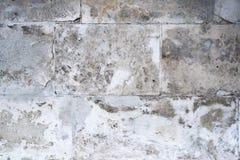 Muur van concrete blokken met een beschadigde oppervlakte stock afbeelding